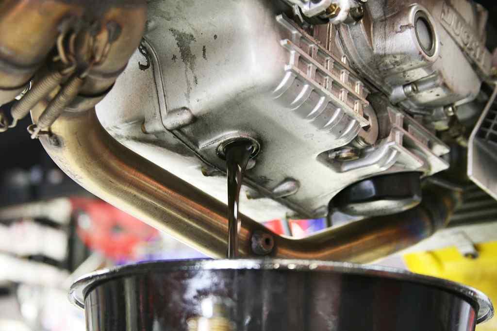 Mengganti-Pelumas-Sepeda-Motor-1024x682